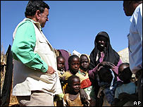 Bill Richardson visitando refugiados en Darfur