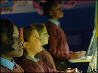 Niños frente a las computadoras.