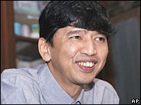 Activist Min Ko Naing speaks to reporters at his home - 11/1/06