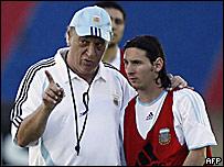 Alfio Basile (izq.) habla con Lionel Messi