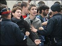 Enfrentamiento entre okupas y la policía en Barcelona