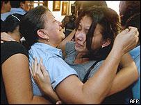 Ana Milena Lopez (izq.), esposa del diputado Ramiro Echeverry, siendo confortada por su hija