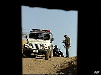 Un patrullero interroga a un inmigrante ilegal en la frontera de EE.UU. con M�xico