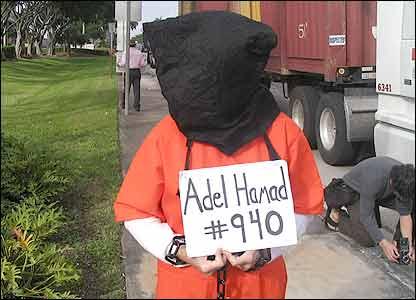 Manifestante en protesta contra Guant�namo en Miami