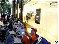 Мобильный телефон iPhone поступает в продажу в США