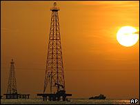 Perforaciones petroleras en el Lago Maracaibo, Venezuela.