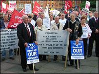 Jubilados protestan contra los planes del gobierno británico.
