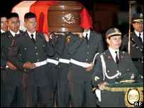 Policías peruanos portan el féretro de un agente asesinado junto con otras seis personas hace pocas semanas
