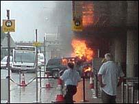 Jeep en llamas en el aeropuerto de Glasgow     Foto: Thomas Conroy