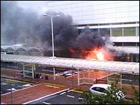 Jeep en llamas en el aeropuerto de Glasgow  Foto: Richard Grey