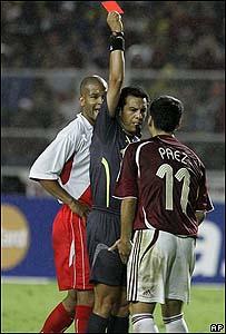 El �rbitro le sac� tarjeta roja a Ricardo David P�ez