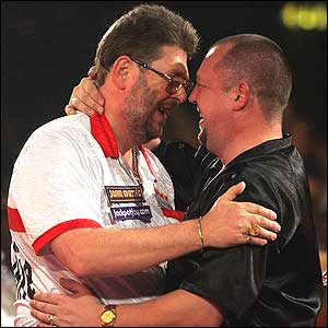 Martin Adams and Mervyn King hug each other at the end of their semi-final