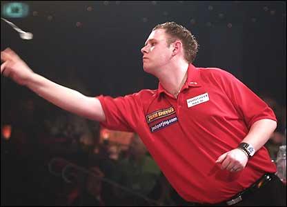 Niels de Ruiter throws a dart against Phil Nixon
