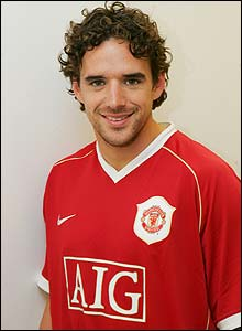 Owen Hargreaves poses in a Manchester United shirt