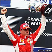 Kimi Raikkonen celebra en el podio.