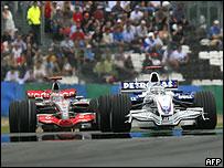 Nick Heidfeld por delante de Fernando Alonso.