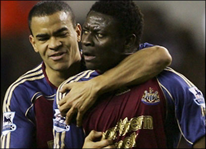 Obafemi Martins and Kieron Dyer celebrate