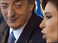 Néstor Kirchner (iz.) y su esposa Cristina Fernández