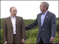 Vladimir Putin (iz.) es recibido por el presidente estadounidense, George W. Bush