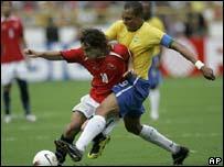 Gilberto Silva y  Jorge Valdivia luchan por la esférica.