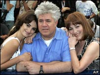 Pedro Almodovar (c) with stars Penelope Cruz (l) and Carmen Maura (r)