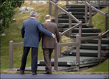 President Bush (left) and President Putin walking