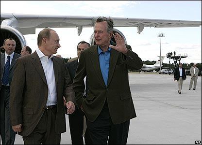 George Bush Snr (right) talks to Vladimir Putin
