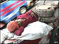 Un indigente duerme en la calle.