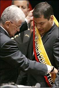 Rafael Correa recibe la banda presidencial de su antecesor Alfredo palacio.