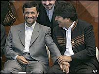El presidente boliviano, Evo Morales, conversa con el mandatario iran� Mahmoud Ahmadinejad