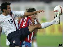 Jonathan Bornstein (EE.UU.) , pelea con Edgar Barreto (Paraguay) por el bal�n