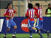 Salvador Caba�as celebra junto a Morel y a Bonet el gol que anot� contra EE.UU.