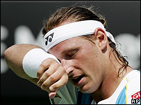 David Nalbandian toma un respiro durante su debut en Australia.