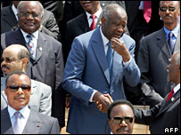 Ivory Coast 's President Laurent Gbagbo shakes hands with his South African counterpart Thabo Mbeki as other heads of State pose for a photo