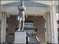 Памятник Пушкину в Киргизско-российском славянском университете