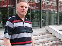 Андрей Петухов возле Русского театра в Бишкеке