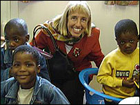 Mónica Zetzsche, presidenta del YWCA (Asociación Cristiana Femenina) Mundial, con niños en África