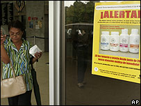 Cartel de advertencia de medicamentos contaminados en hospital de Panamá (2006).