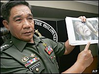 Philippines Gen Hermogenes Esperon shows a photo of killed Abu Sayyaf leader Abu Sulaiman - 17/1/07