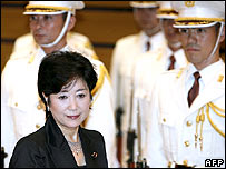 Yuriko Koike reviews a honour guard during her welcoming ceremony at the Defence Ministry, 04 July 2007