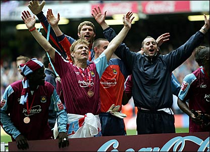 Teddy Sheringham (centre) celebrates promotion to the Premier League
