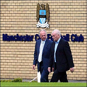 Sven-Goran Eriksson (left) talks with Manchester City chairman John Wardle