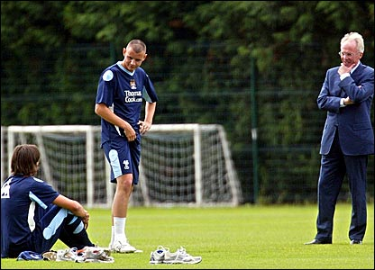Sven-Goran Eriksson (right) chats to players
