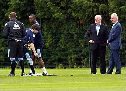 Sven-Goran Eriksson and Manchester City John Wardle (right) observe a training session