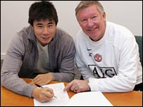 Man Utd's China striker Dong Fangzhou signs his new contract