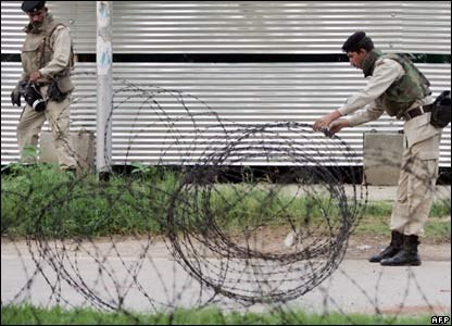 Soldiers lay barbed wire