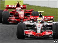 Un McLaren delante de un Ferrari