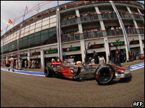 Un McLaren sale de pits