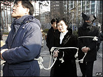 Protesters march in Seoul on 18/01/07 over the treatment of would-be defectors