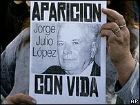 Persona con cartel reclamando la aparición de Jorge Julio López